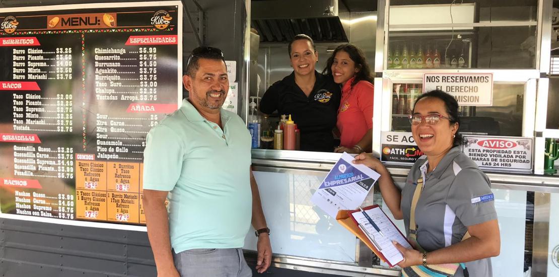 CUD visita comerciantes de Arecibo